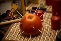 Конкурс с яблоком и спичками на выкупе